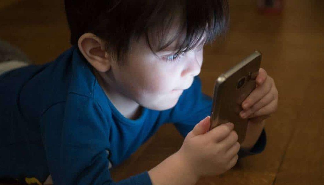 Impulsan ley para explicar efectos nocivos de pantallas en menores de cinco años
