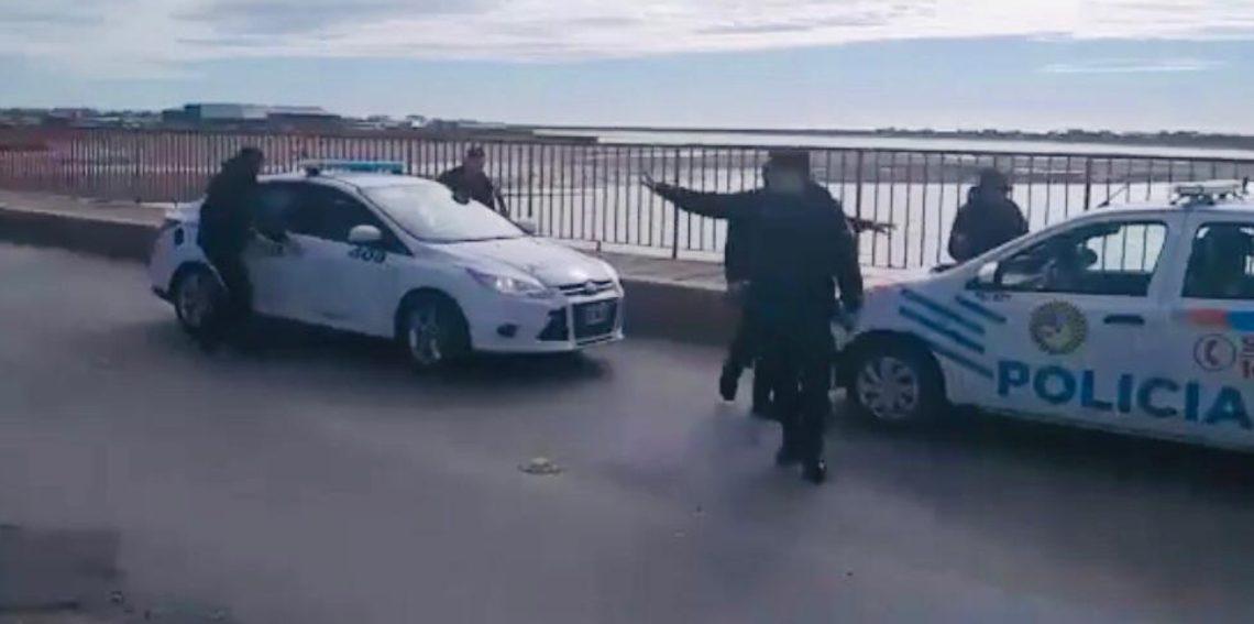 LA POLICÍA EVITÓ QUE UNA PERSONA SE TIRE DEL PUENTE MOSCONI