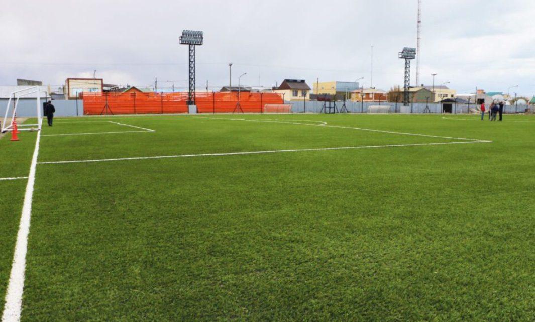 Se culminó la colocación de césped sintético en la cancha del Centro Deportivo Municipal de Río Grande
