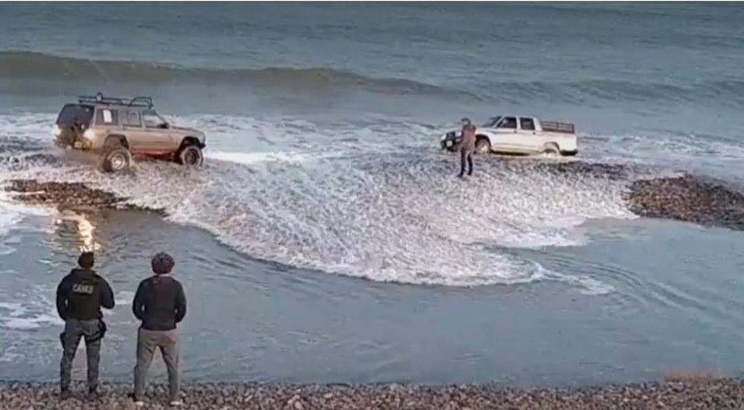 Coronavirus: violó la cuarentena para pescar y la marea se llevó su camioneta