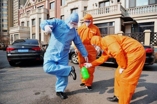 Coronavirus: especialistas aseguran que el virus se transmite por el aire y en zapatos