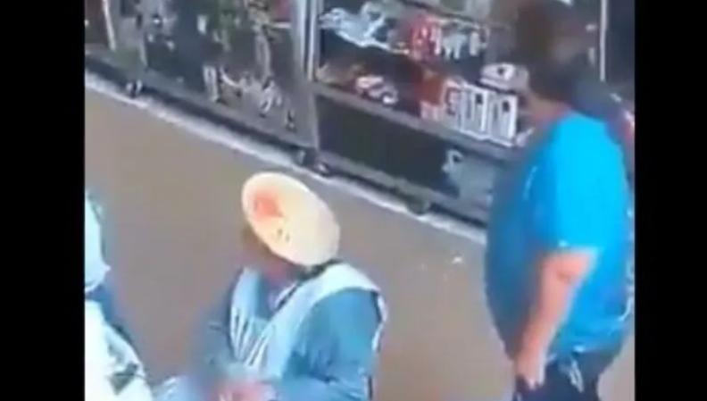 [VIDEO] Mujer Aprovecha Distracción De Abuelita Y Le Roba Su Bolsa