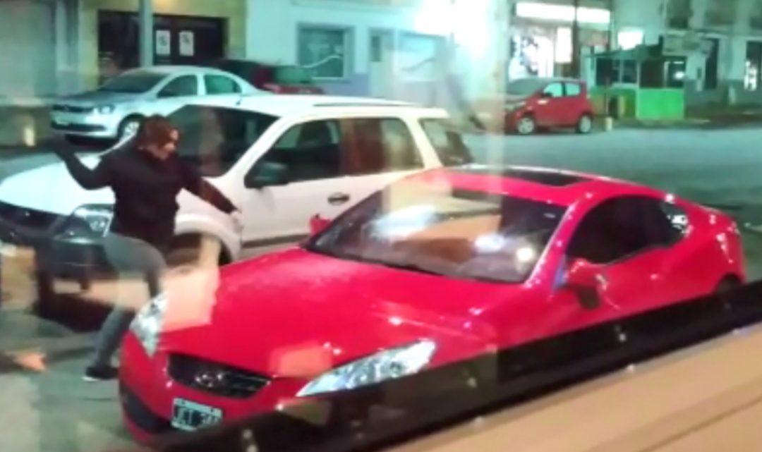 Encontró el auto de su ex en la puerta de un hotel y se lo destruyó a «palazos»
