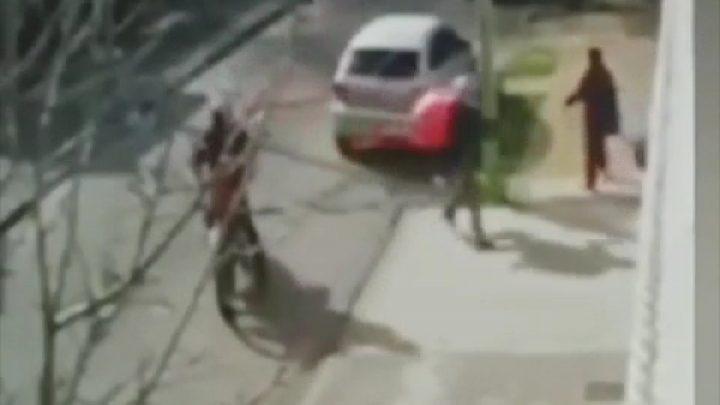 Video: un «sodero justiciero» vio que asaltaban a una mujer y atropelló con su camión a uno de los motochorros