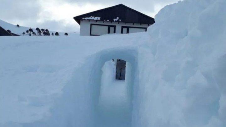 Neuquén: construyó un túnel en la nieve para poder salir de su casa