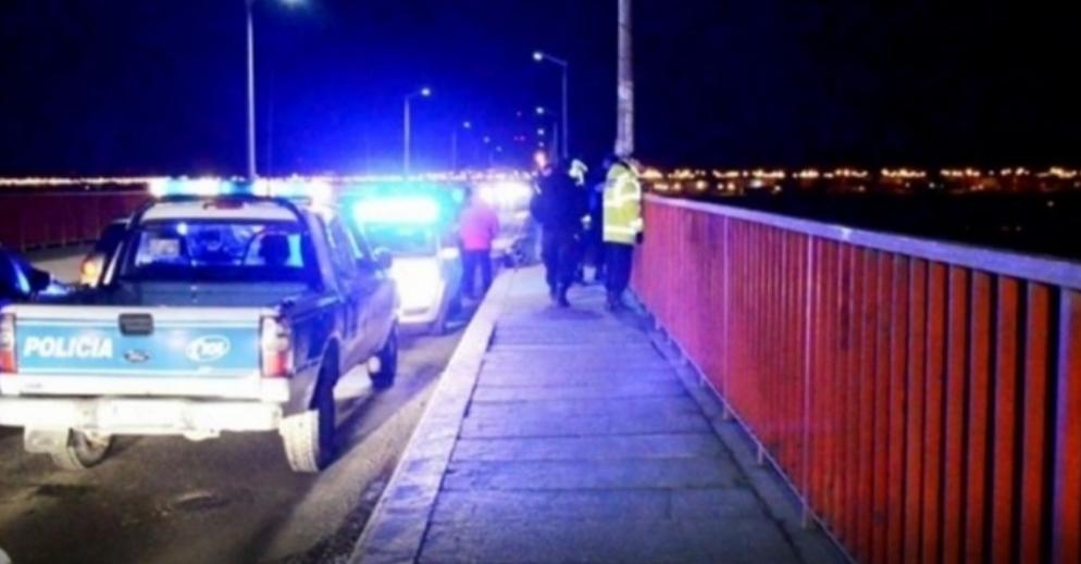 Una chica de 19 años fue rescatada por transeúntes ante presunto intento suicida en el puente Mosconi