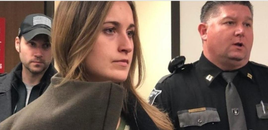 Una docente intentó seducir y envió fotos sexuales a su alumno de 15 años