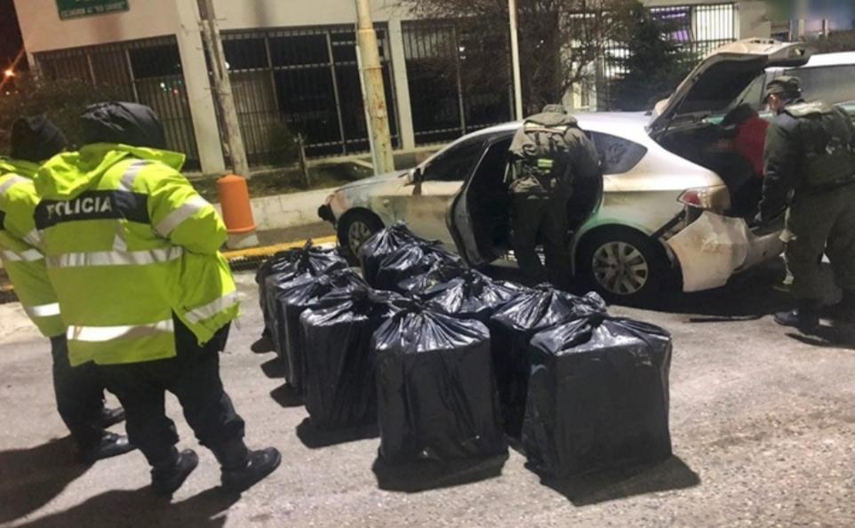 Encuentran auto abandonado con contrabando de cigarrillos en la frontera