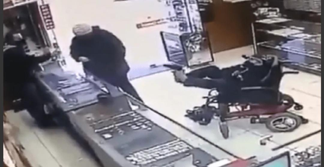 Manco en silla de ruedas robó joyería usando una pistola con los pies