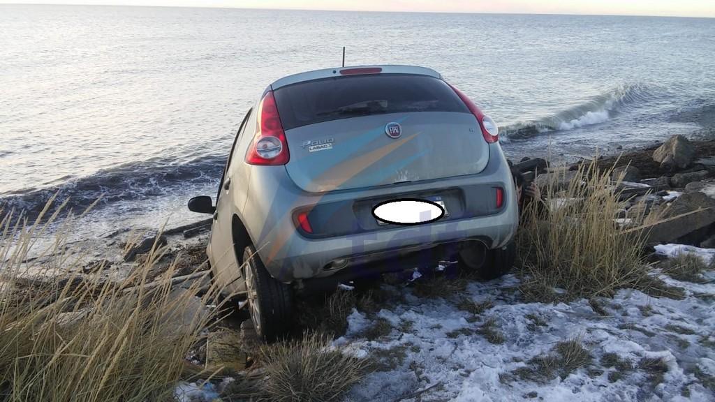 Fue a mirar el amanecer y terminó con el auto caído en la playa