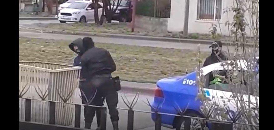 Captan a policía de Río Gallegos dando brutal cabezazo a un joven