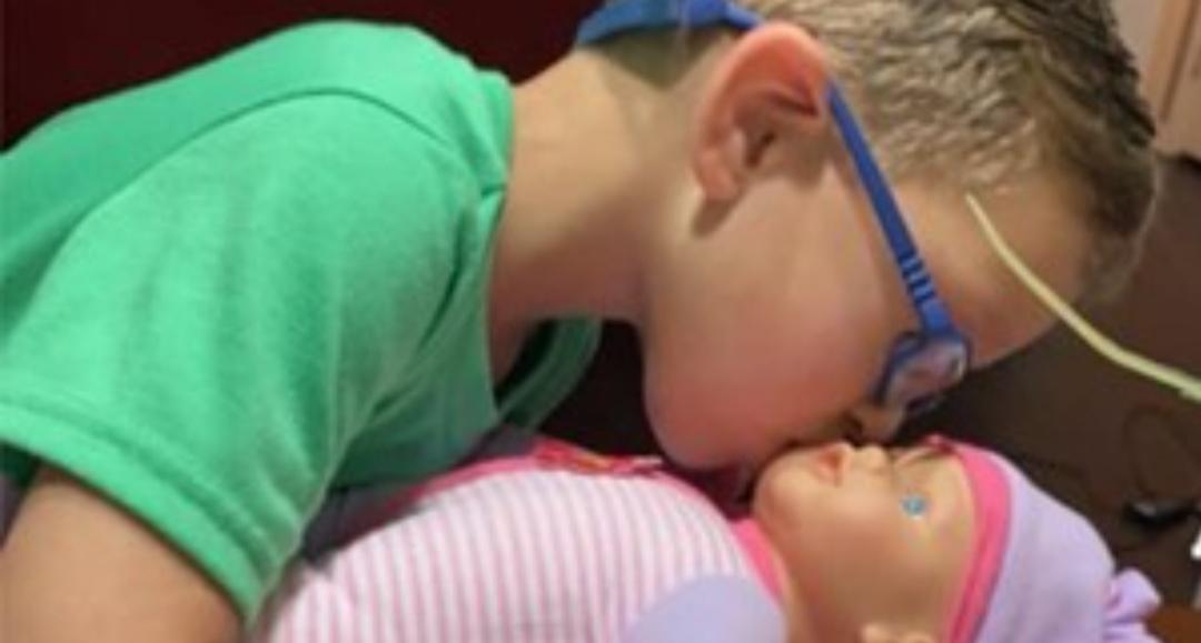 Un nene pidió de regalo una muñeca porque quiere ser «el mejor padre del mundo»