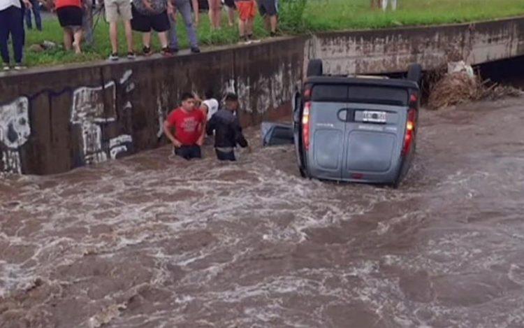 Dramático rescate de una familia que se cayó con su vehículo en un desagüe