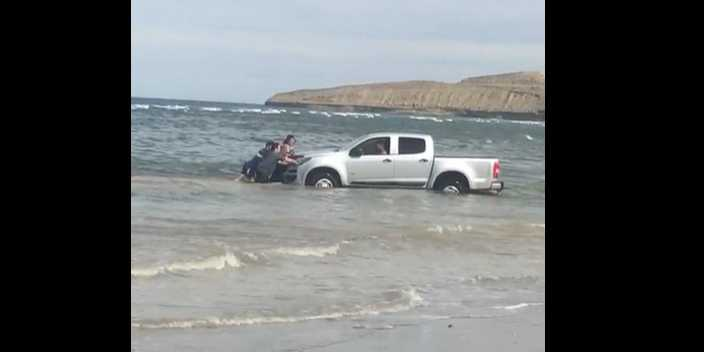 Fue a pescar y el mar casi le lleva la camioneta