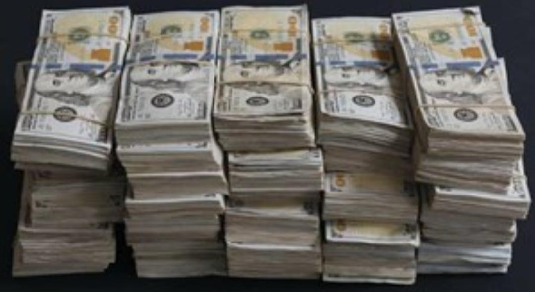 Limpiaba su casa, encontró un billete de lotería y ganó 1 millón de dólares