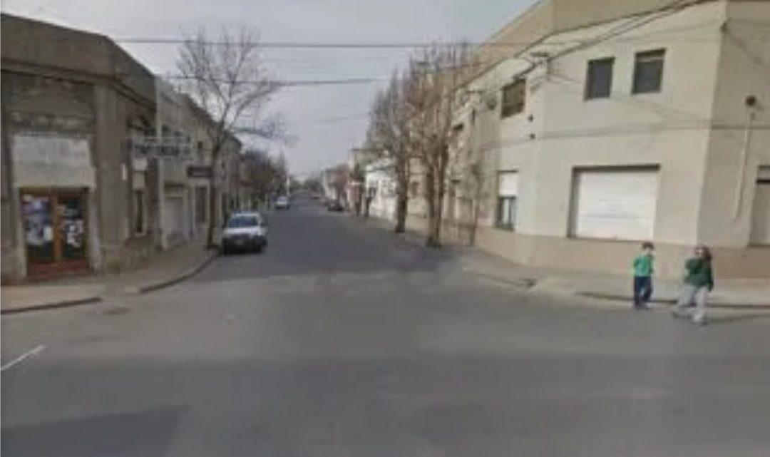 Un adolescente acuchilló a su novia de 13 y se fugó: su padre lo entregó