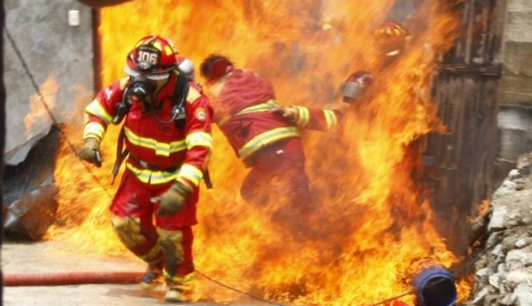 Incendio en Ushuaia: Un bombero sigue internado