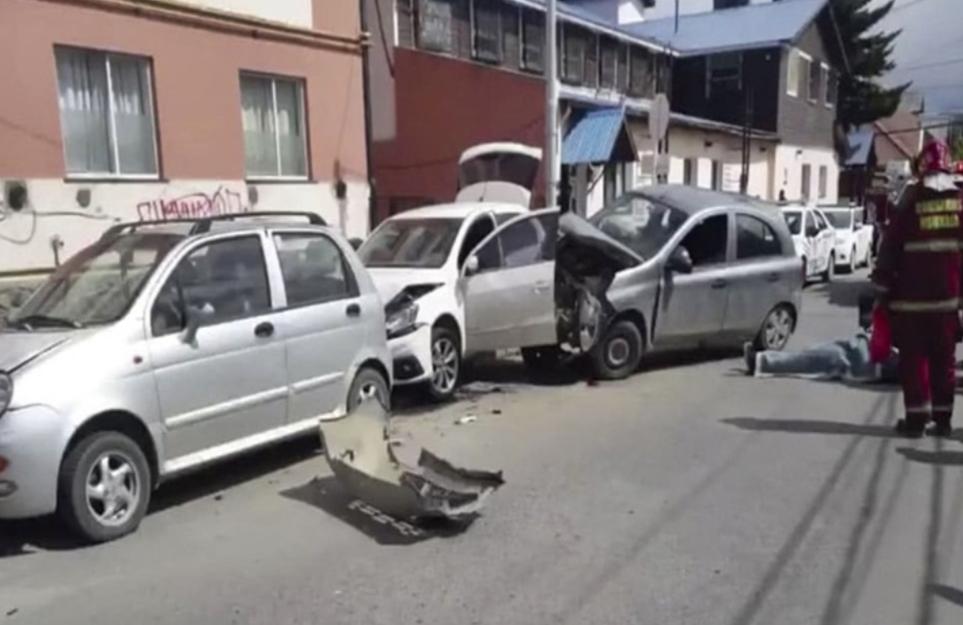 Conductor choco a vehiculos estacionados en Ushuaia