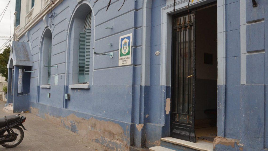 Un hombre abandonó en una comisaría a dos nenes que habría adoptado en África