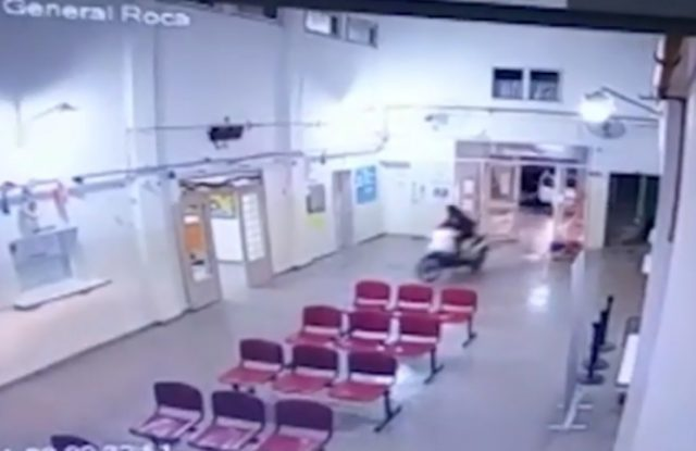 De película: escapaba de la policía y se metió con una moto adentro de un hospital