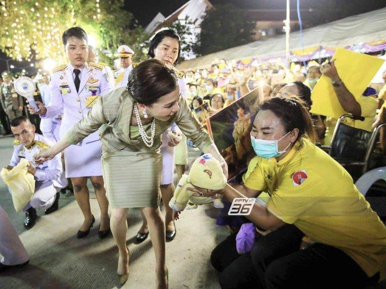 La impactante imagen de una escolta de la reina de Tailandia que escandaliza al mundo