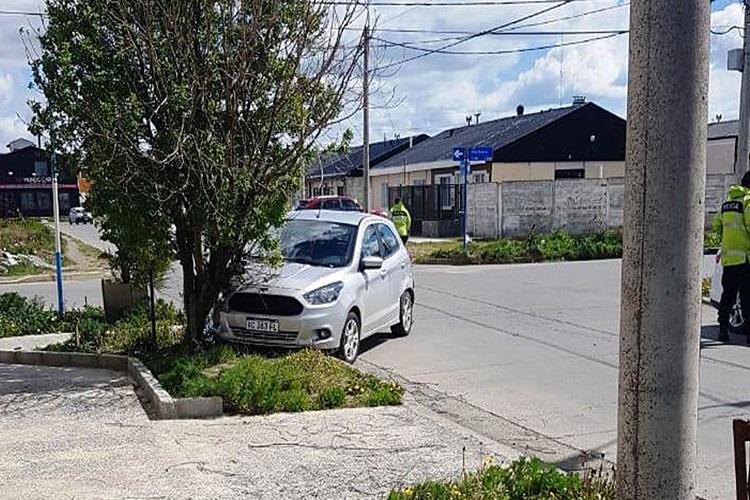 Choque uno de los vehículos termino impactando contra un árbol