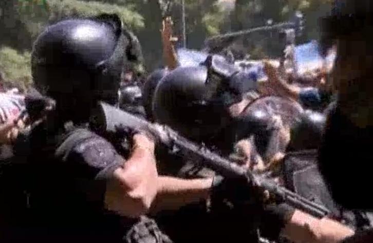 Batalla campal en la 9 de Julio entre fanáticos de Maradona y la Policía