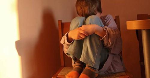 Mamá le pegaba en la cola a sus hijos para que estuvieran quietos: la condenaron a un año sin poder verlos