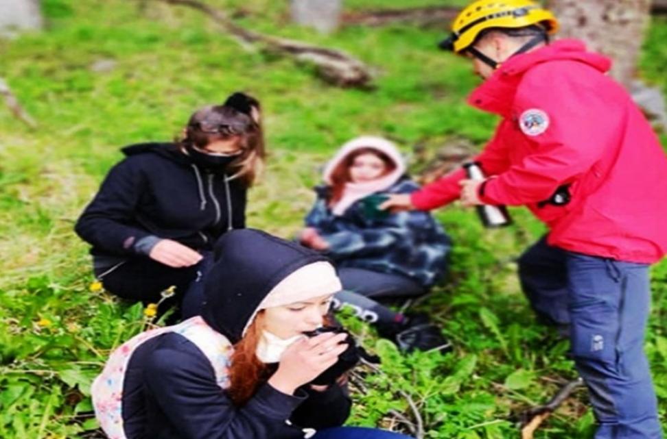 Rescatan a 3 jovenes que se extraviaron en una caminata