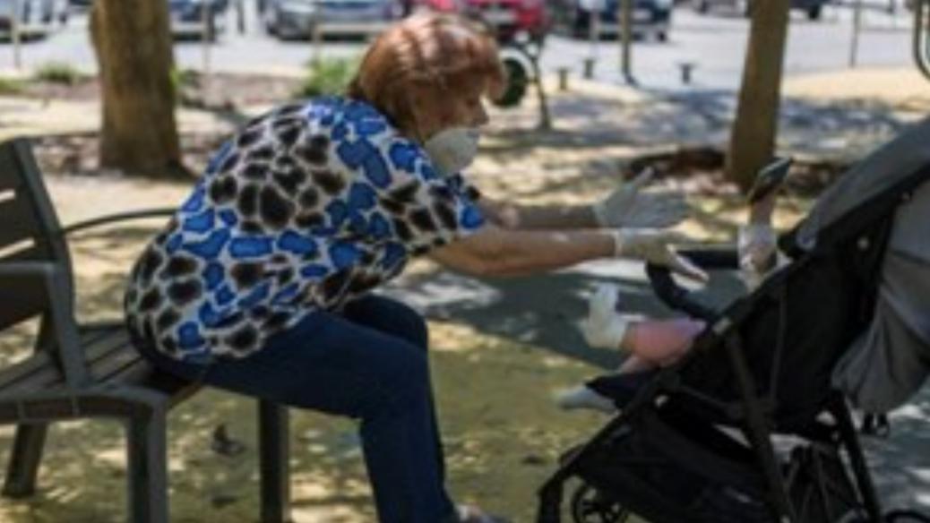 Polémica viral por una abuela que quiere cobrar por cuidar a su nieta: «No soy una guardería