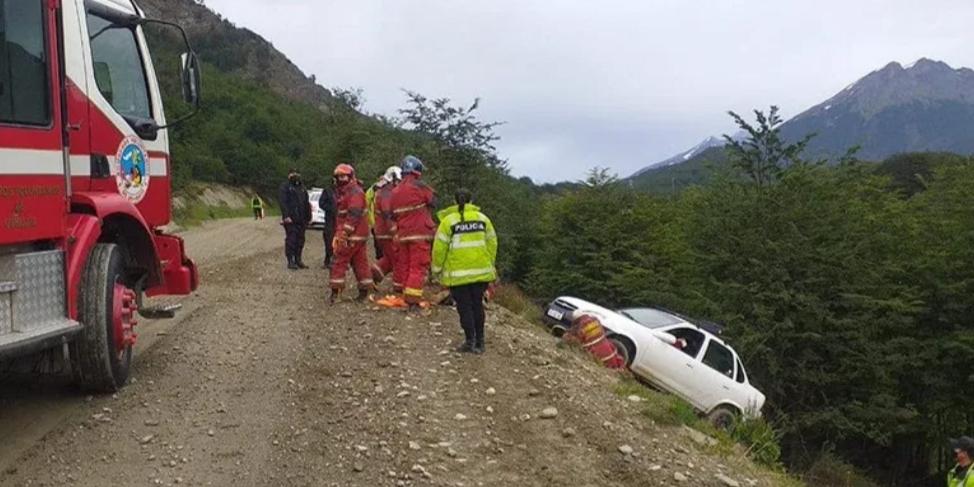 Un auto quedó al borde de un barranco con dos mujeres en su interior