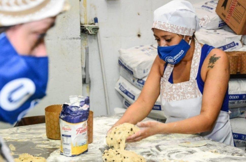 Elaboran más de 2 mil pan dulces para entregar a familias asistidas por la pandemia en Ushuaia