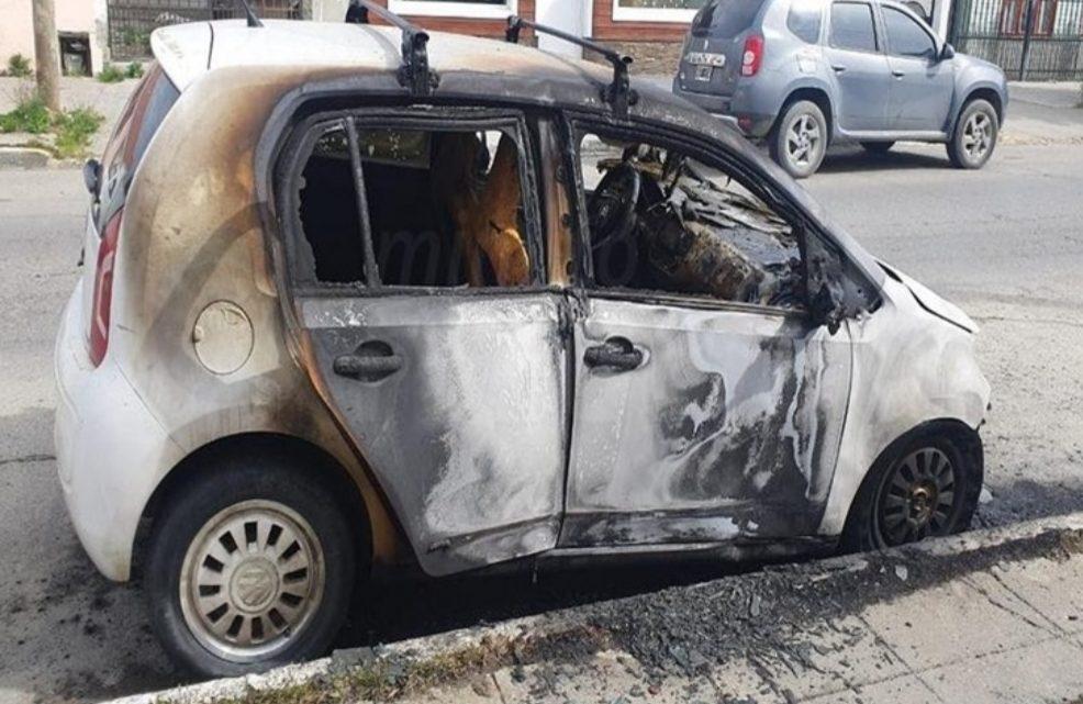 Incendiaron automóvil de acusado de presunto abuso sexual