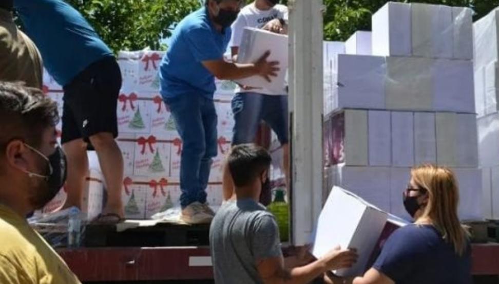 Un intendente entregó cajas navideñas, pollo y helado a todos los habitantes de su pueblo