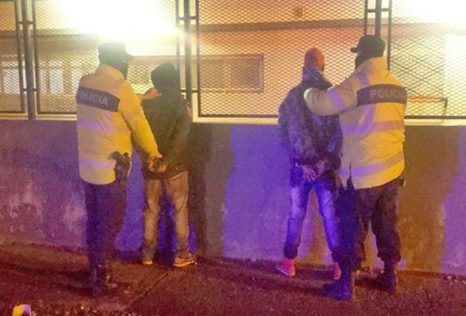 Dos detenidos y dos policias lesionados en una discusion que termino en pelea
