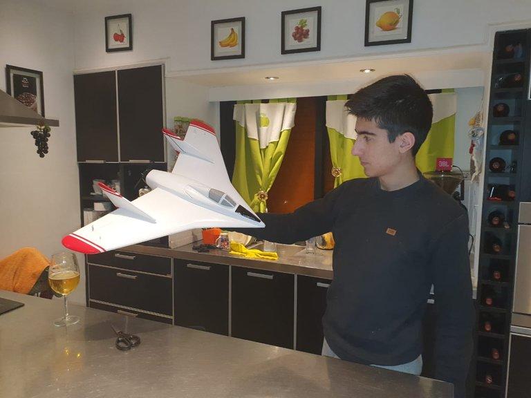 Tiene 14 años, es de Resistencia y construyó un avión de ala única, hito de la historia aeronáutica argentina
