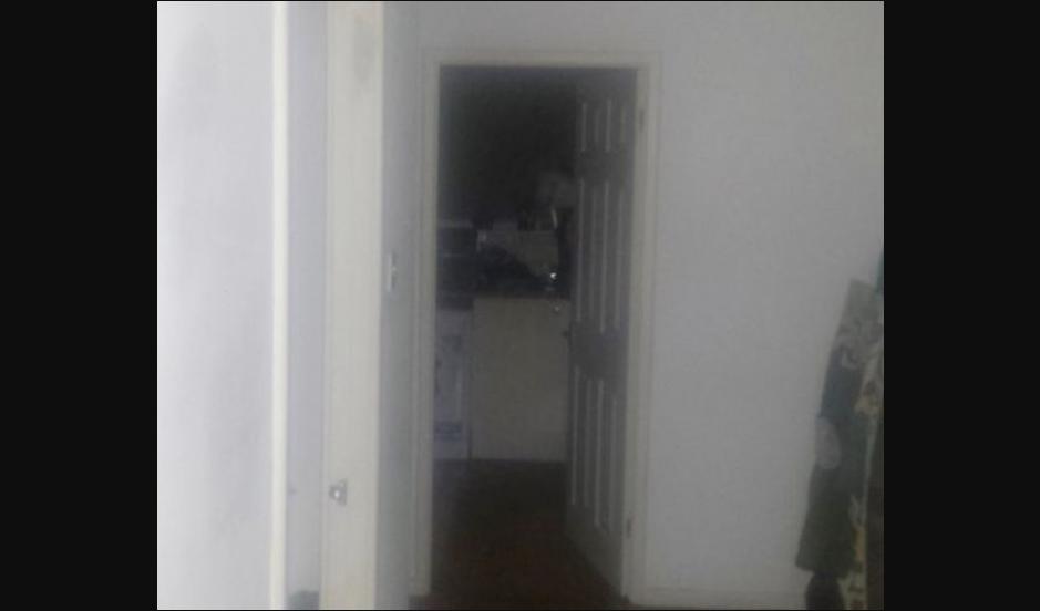 Escuchó ruidos en la cocina y fotografió la silueta perfecta de un fantasma