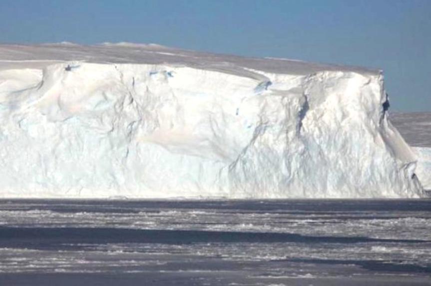 El iceberg más grande del mundo está a punto de chocar contra una isla del Atlántico Sur