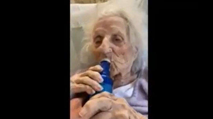 Una abuela de 103 años le ganó al coronavirus y se tomó birra bien fresca para celebrar
