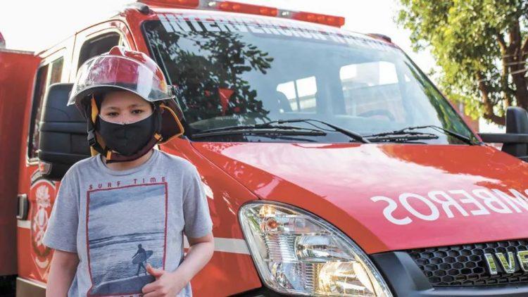 Venció al cáncer y al coronavirus y cumplió su sueño de pasear en autobomba