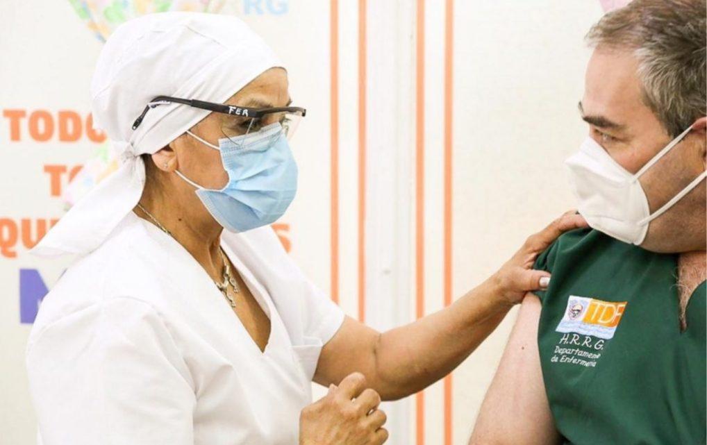 8 de cada 10 agentes sanitarios vacunados tuvieron reacciones adversas no graves