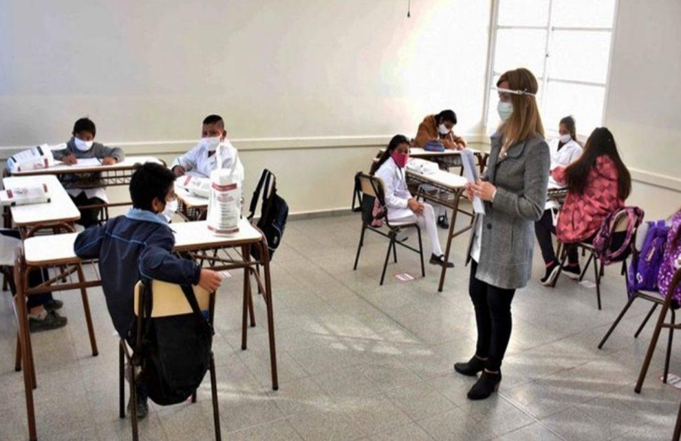 Vacunaran a docentes para que sea presencial el ciclo lectivo 2021
