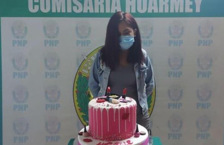 Detuvieron a una joven por celebrar su cumpleaños y la fotografiaron junto a la torta