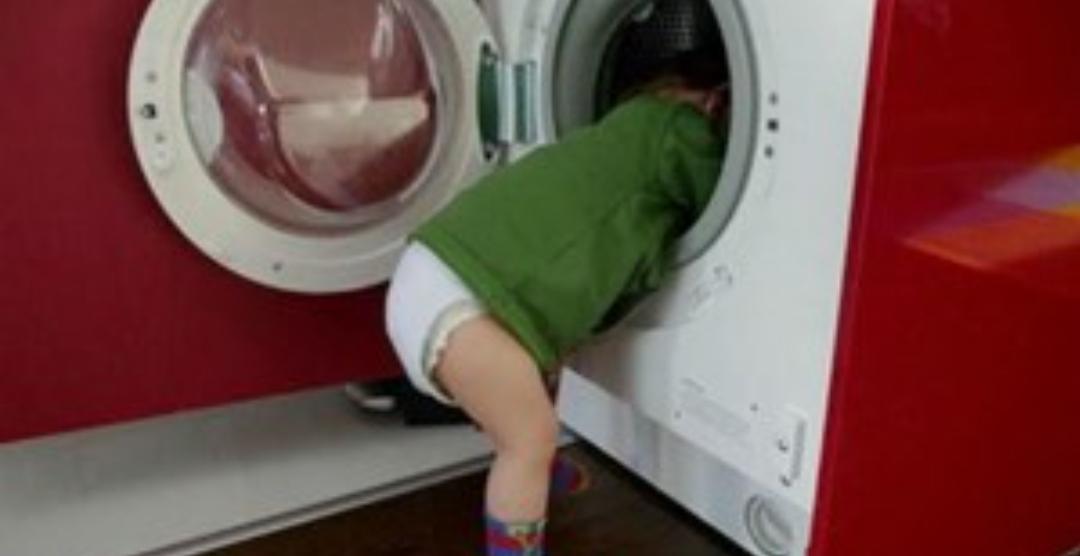 Un nene que jugaba a la escondida, se metió en el lavarropas minutos antes de que lo enciendan y murió