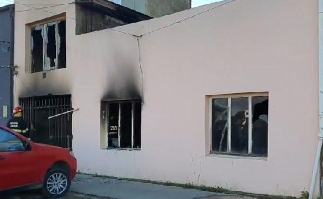 Siete personas hospitalizadas por incendio en un inquilinato de Río Grande durante la madrugada que se presume intencional