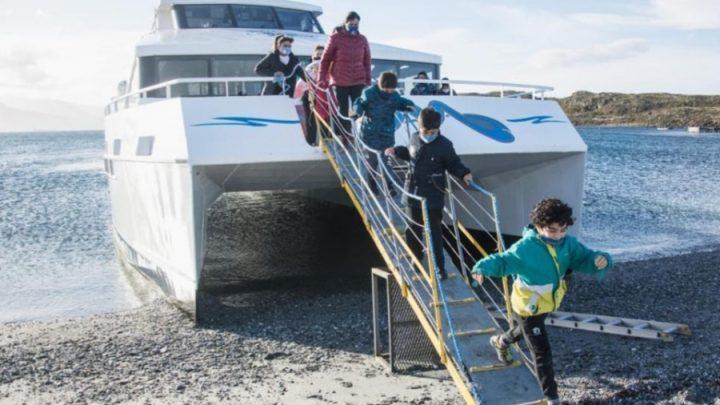 Niños de Ushuaia recorrieron por primera vez en catamarán el canal Beagle
