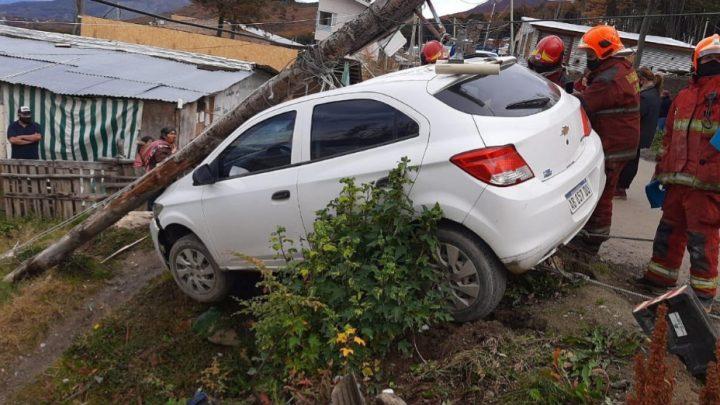 Un vehículo chocó contra un poste de alumbrado eléctrico en Ushuaia