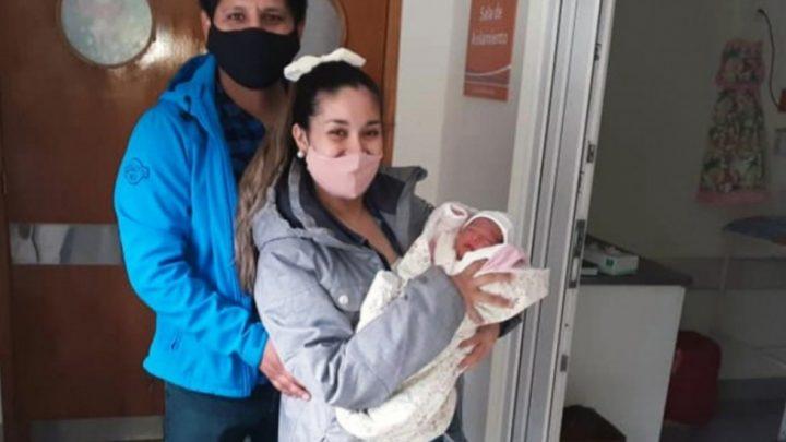 Recibió el alta Emilia, la bebe que nació en su casa y sorprendió a los padres primerizos
