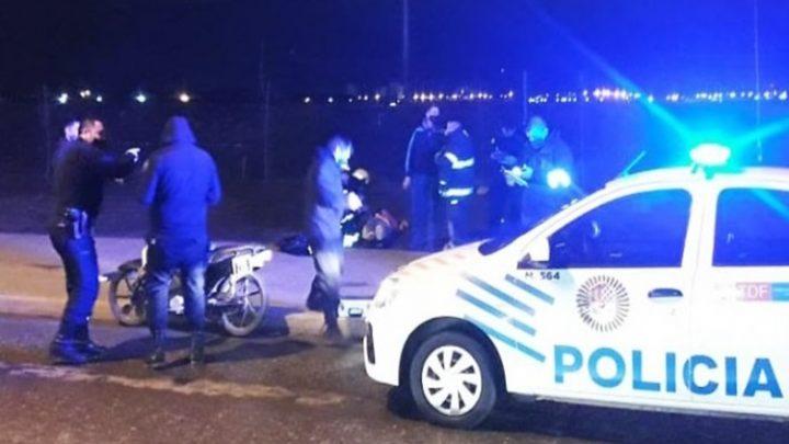 Choque entre una moto y un automóvil, una joven lesionada