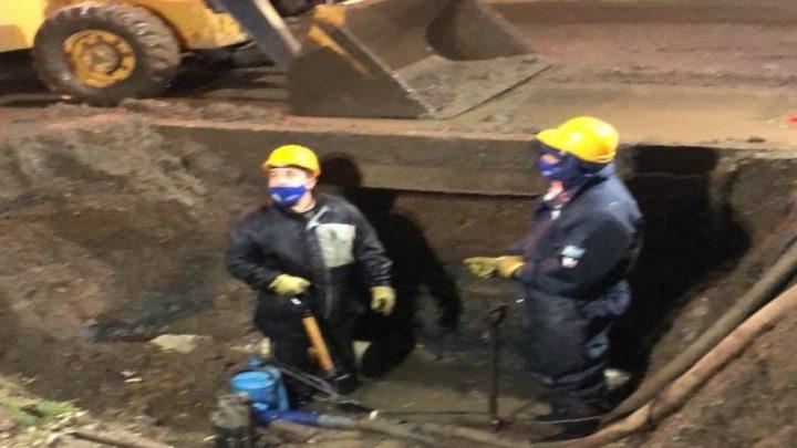 Continúan las reparaciones de emergencia sobre las cañerías afectadas en la zona de San Martín e Ibarra